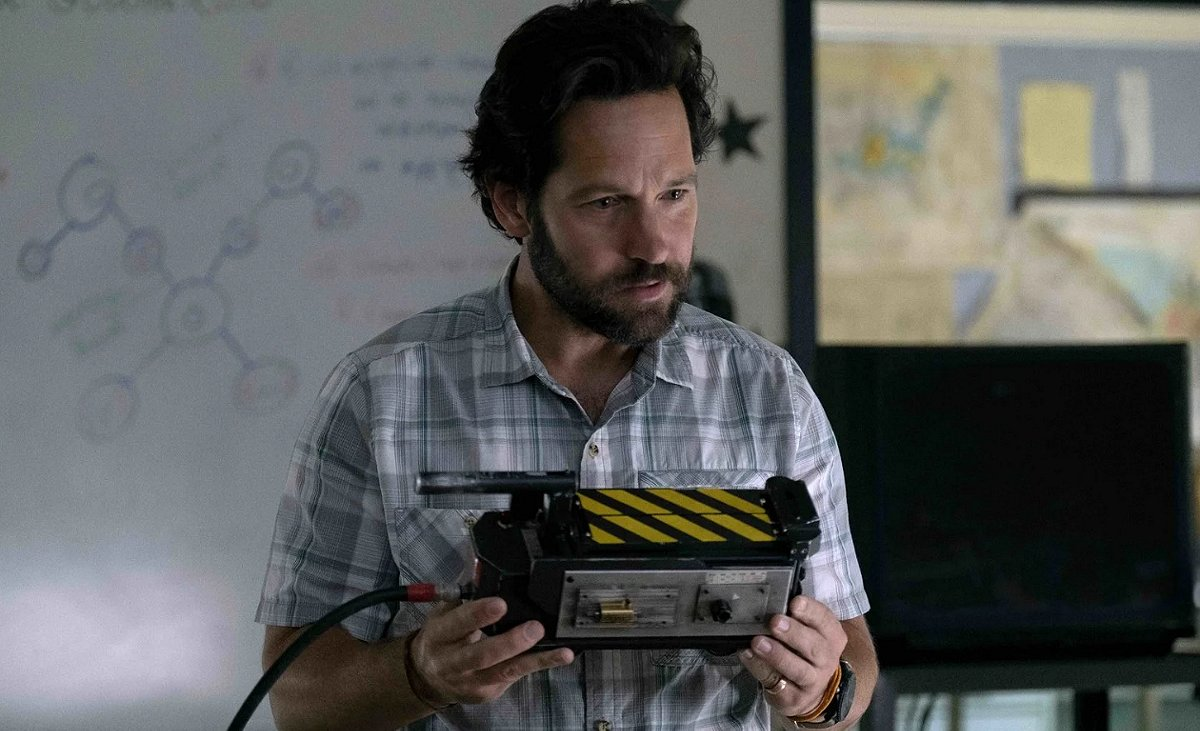 Paul Rudd with ghost trap in Ghostbusters: Afterlife